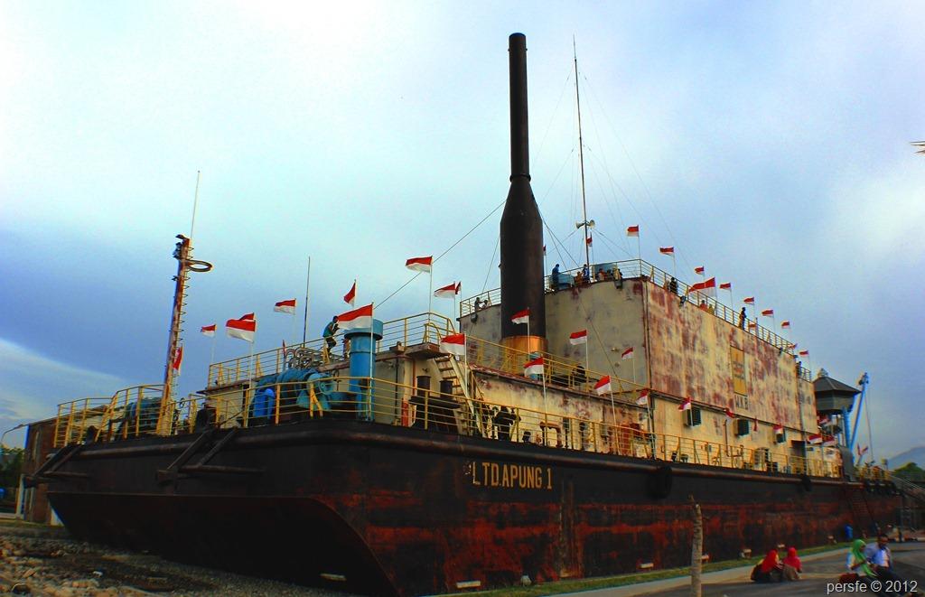 Kapal PLTD Apung yang terbawa tsunami 26 Desember 2004 dari pantai Ulee Lheu ke pemukiman warga di Punge.