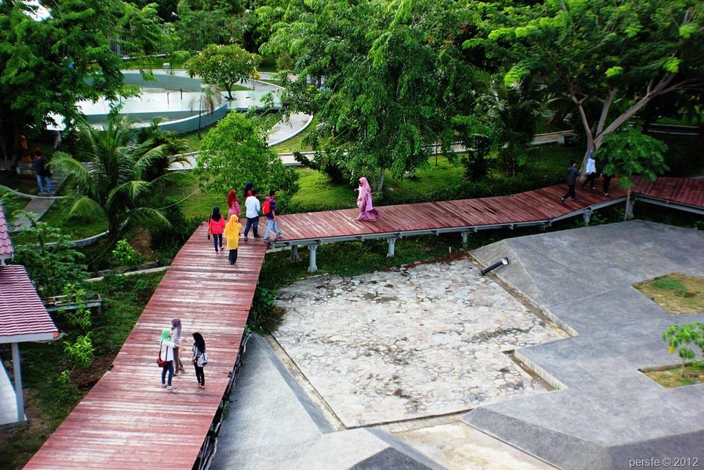 Pengunjung dan anggota Perspektif di taman monumen tsunami PLTD Apung.