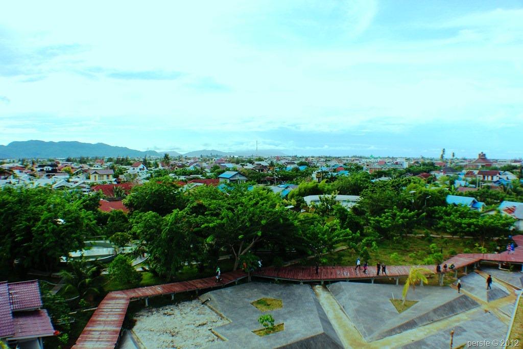 Pemandangan dari dek atas kapal PLTD Apung yang berada di tengah pemukiman warga.