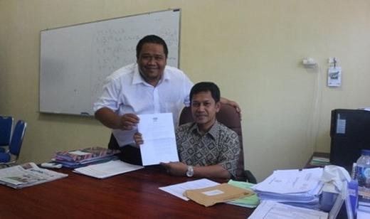 SekretarisJurusan, Ilham Siregar (kiri) dan Ketua Jurusan, Abd. Jamal (kanan) EKP sedang memperlihatkan surat keputusan dari BAN-PT. (Arsika/Perspektif)
