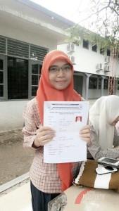Seorang mahasiswa menunjukkan formulir pendaftaran (Foto: Dok. BEM FEB Unsyiah)