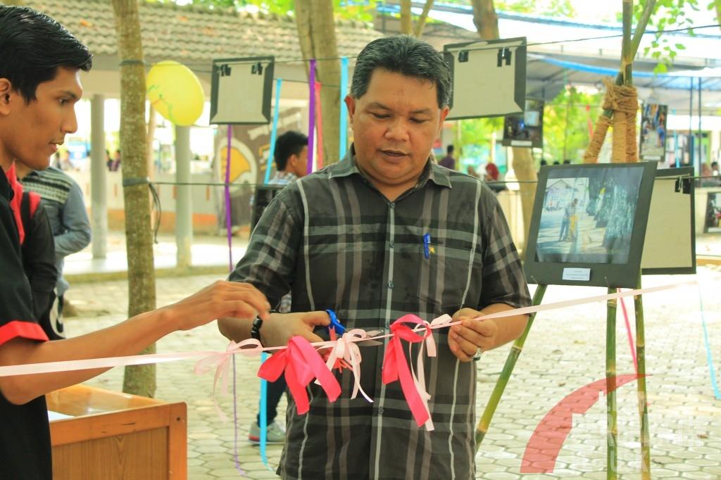Wakil Dekan III Fakultas Ekonomi dan Bisnis Unsyiah meresmikan pembukaan pameran (Jauhar/Perspektif)