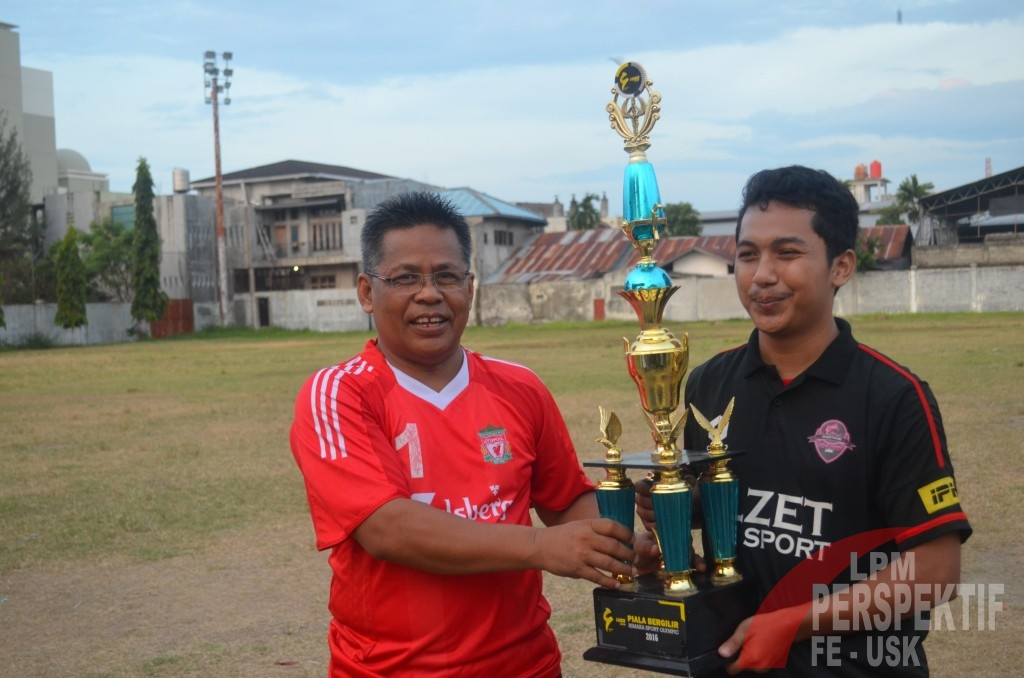 H. Aminullah Usman,S.E.,M.M. Menyerahkan Piala Kepada Juara Umum HISO 2016 (Dokumentasi Himaka)
