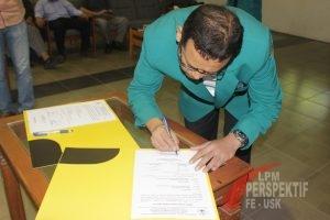 Dekan Fakultas Ekonomi dan Bisnis, Dr Mirza Tabrani SE MBA menandatangani Surat Keputusan Pelantikan Penngurus Organisasi Mahasiswa periode 2017 (Toso/Perspektif)