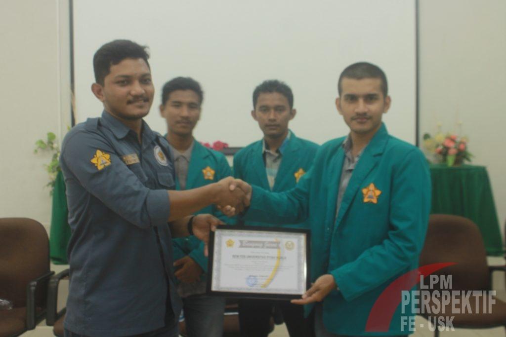 Penyerahan Sertifikat Oleh Presiden Mahasiswa Unsyiah, Rahmad Faisyal kepada Ketua BEM FEB, Nazrul Anas (Jo/Perspektif)