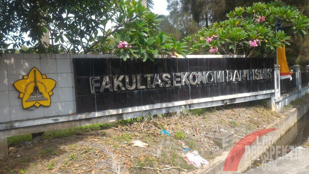 """Tulisan """"Fakultas Ekonomi dan Bisnis"""" yang Tak Lagi Purna"""