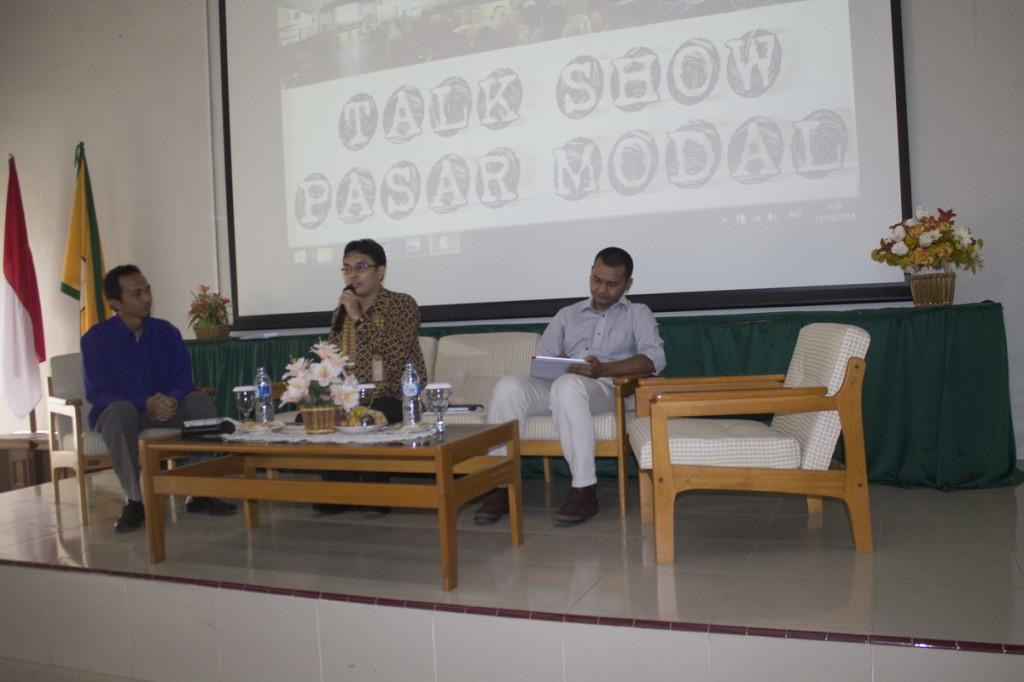 Thasrif Murhadi, S.E. (tengah) dan Martoenoes (kanan) sedang memaparkan kondisi pasar modal saat ini dengan Dzakiyy Hadiyan (kiri) sebagai moderator.. (Thasya/HIMAKA)