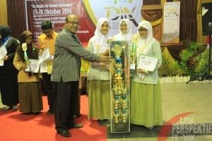Penyerahan Piala Bergilir oleh Dr.Nadirsyah, S.E.,M.Si.,Ak.,CA