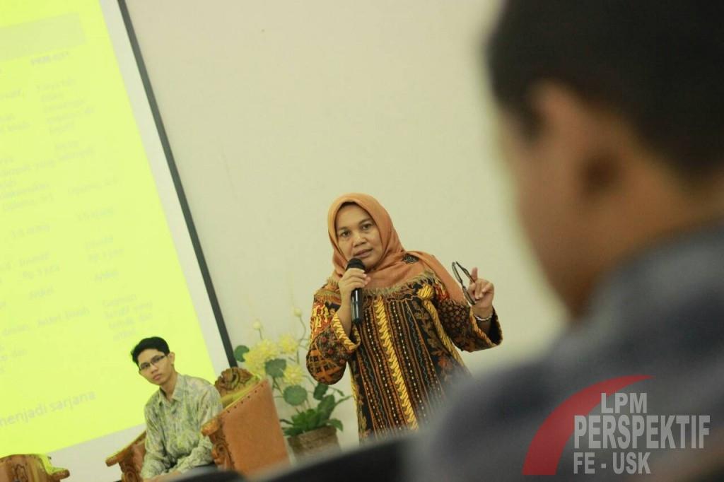 Mirna Indriani S.E.,M.Si.,A.k. sedang memberikan pelatihan penulisan Karya Tulis Ilmiah (Syura/Perspektif)